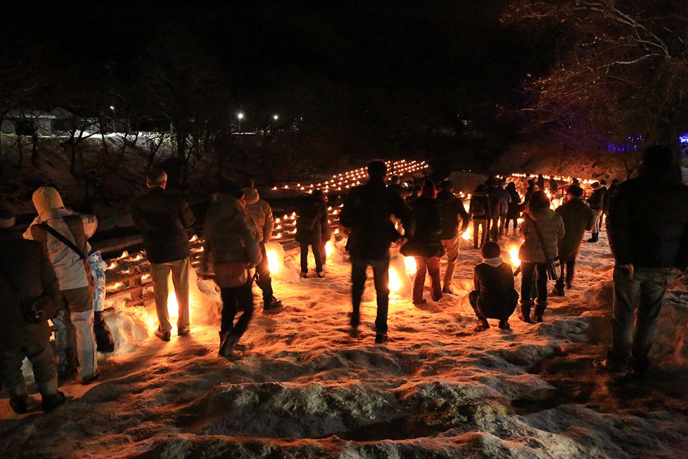 ろうそくへの点火 湯西川温泉かまくら祭り(日光市) 栃木県 とちぎのしゅし