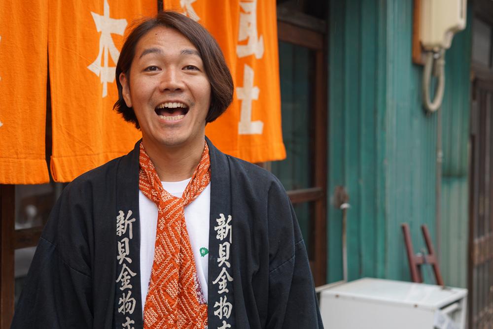 徳谷柿次郎 のれん前 「やってこ!シンカイ」長野県長野市 とちぎのしゅし