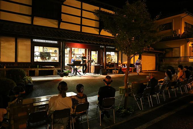 お店の軒下のステージ 益子夜市 栃木県益子町 とちぎのしゅし